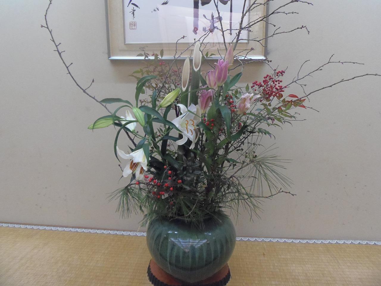 お花の種類  マツ 竹 梅 カサブランカ(ユリの一種) なんてん(赤い実)です。