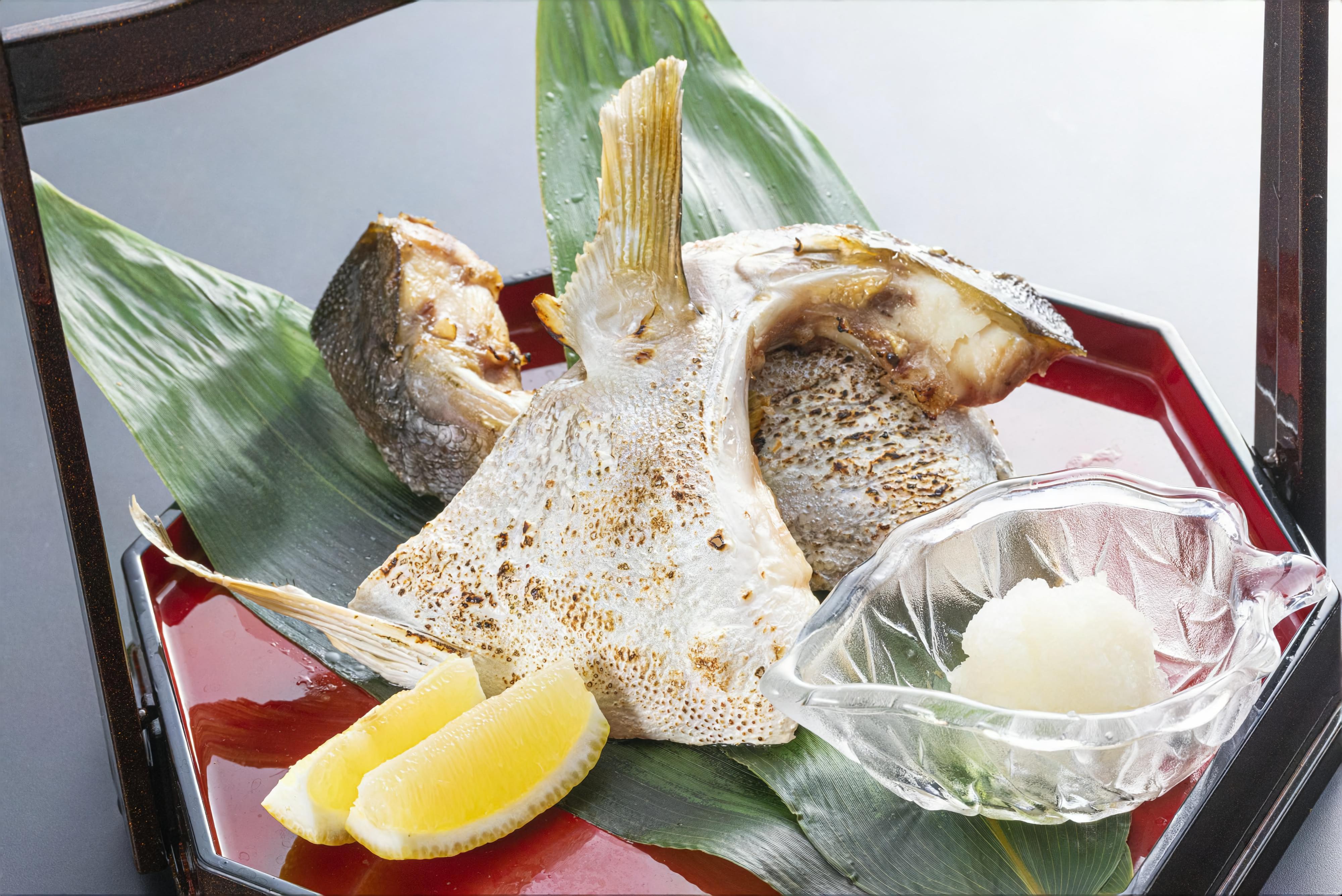 """★数量限定別注料理「カンパチの""""カマ""""塩焼き」<br /> <br /> """"カマ""""はお魚のエラの後ろの胸ビレ辺りの部位を指し、身が締まっていて身質がとっても良い部分です。<br /> カンパチの""""カマ""""を塩焼きにして、魚の旨味をぎゅっととじ込めました。<br /> <br /> ■価格:1人前 1,800円(税サ込)<br /> <br /> ■限定30皿<br /> ※数量限定の為、数に達した場合ご注文をお断りさせていただくことがございます。予めご了承ください。<br /> 事前予約はお電話にて承ります。ご注文、お待ちいたしております!<br />"""