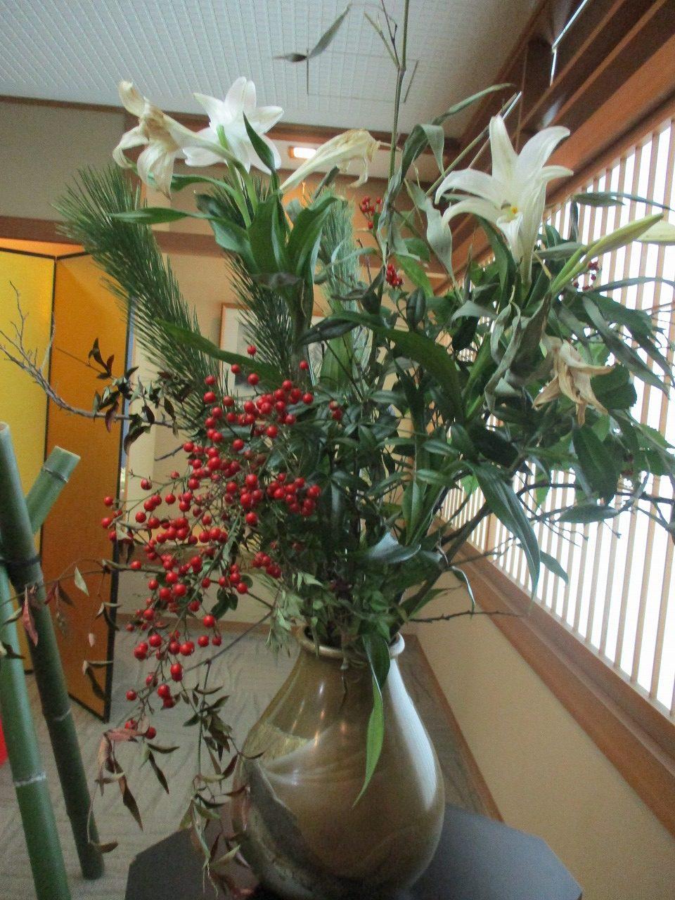 1月1日~1月5日の朝まで二階エレベーター前にて飾られていた生け花です。