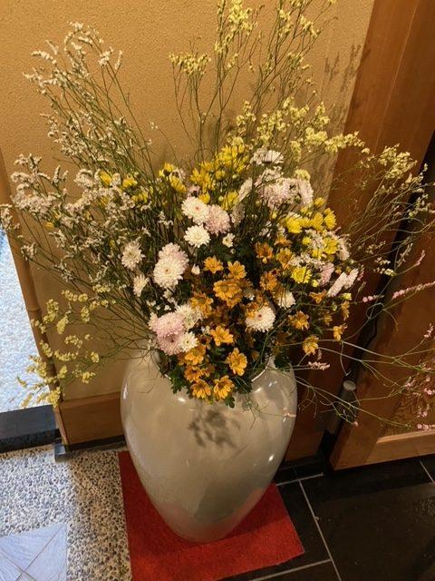 小さいお花たちが集まりとても可愛らしい生け花ですよね。