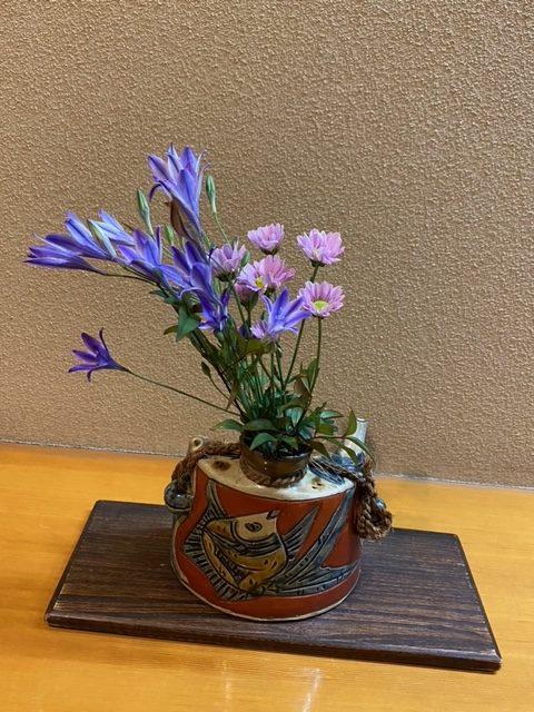 こちらの生け花は、2階お手洗い前にていけられていた生け花です。<br /> 青いお花がすごく目立っていてとても可愛らしい生け花ですよね✾